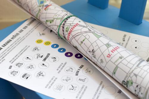 Kinder-Stadtplan gerollt mit Aufkleberbogen